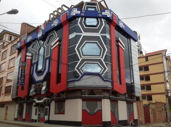 En El Alto existen 38 casas que emulan a robots y los transformers